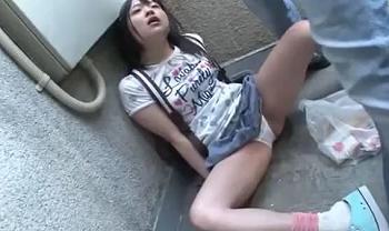 【無料動画】《小学生 レイプ キメセク》顔出し超ヤバイやつかも、JS幼女を家に連れ込み陵辱レイプする(loli)ロリコン男の犯行の一部始終 | XeroPorn