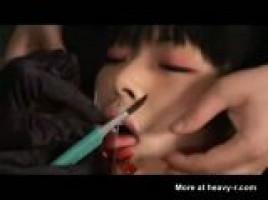 拷問SM手を針で固定され舌を切ってスプリットタン | XeroPorn